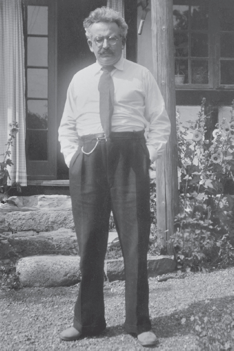 Benjamin in front of the Brechts' house, Skovsbostrand, Summer 1938